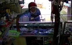 Nam thanh niên trộm rổ thẻ cào trong tủ kính điện thoại