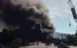 Xe chở xăng tông vào container, hai xe bốc cháy dữ dội