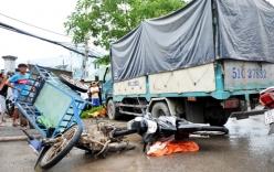 Xe tải cuốn 4 xe máy vào gầm, 3 người thương vong