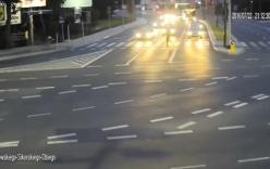 Va chạm giữa hai ô tô, người đi xe đạp thoát chết thần kỳ