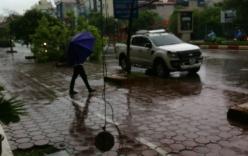 Hà Nội: Phố nhỏ ngổn ngang sau trận bão đầu mùa