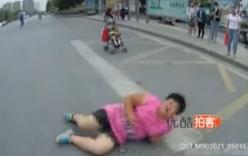Bỏ mặc con giữa đường, mẹ nằm ăn vạ trắng trợn trước đầu xe ô tô