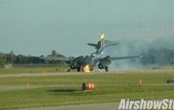 Video: Máy bay hạ cánh bằng mũi, đường bay tóe lửa