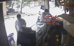 Video: 5 lần ra tay trộm đồ, thanh niên ung dung đút túi 2 chiếc điện thoại