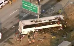 Video: Xe bus bị cột biển báo xẻ đôi, 5 người thiệt mạng
