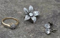 Phát hiện kim cương trăm triệu khi mua lại ghế cũ