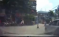 Băng qua đường bất ngờ, bé trai thoát chết trước mũi ô tô