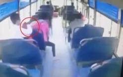 Trộm thản nhiên móc điện thoại trên xe buýt