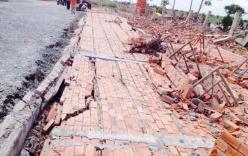 Bức tường dài 40m, cao 12m bất ngờ đổ sập khiến 3 công nhân bị thương