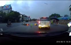 Xi-nhan qua đường nhưng không quan sát, cô gái bị ô tô tông ngã
