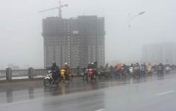 Video: Người đi xe máy bị gió quật đổ, áo mưa bị bão thổi bay