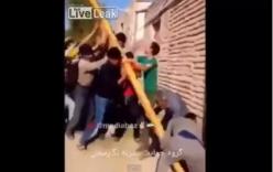 Nhóm người hiệp sức nâng cột điện bất ngờ bị điện giật ngã lăn xuống đất