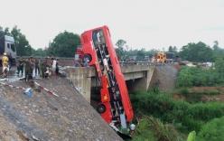 Xe khách cheo leo trên thành cầu, 11 người thương vong