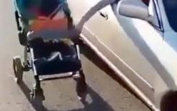Bà mẹ liều lĩnh vừa lái ô tô, vừa đẩy xe nôi cho con trai