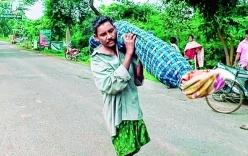 Chồng vác thi thể vợ đi 16 km từ bệnh viện về nhà