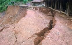 Di dời khẩn cấp trường học do sạt lở đất sau bão