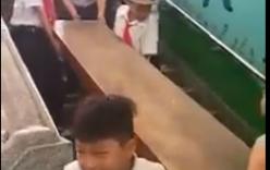 Phụ huynh phản ứng khi thấy con tiểu học khiêng bàn ghế đi cầu thang