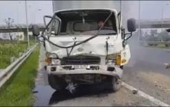 Xe tải bẹp đầu sau khi tông xe khách trên Đại lộ Thăng Long