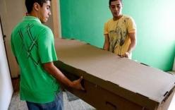 Dân Venezuela phải mai táng người thân bằng quan tài giấy