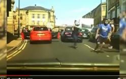 Phụ nữ vác gậy bóng chày giải quyết va chạm giao thông