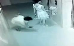 Video: Cô gái trẻ mặc váy bị sàm sỡ khi đứng chờ thang máy