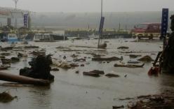Cuồng phong siêu bão Meranti quật người đi xe máy ngã dúi dụi
