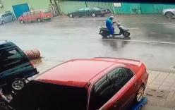 Video: Siêu bão Meranti thổi bay người đi xe máy