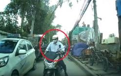 Xe máy chạy ngược chiều bị ô tô chặn đầu ép nhập đúng làn