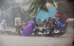 Huế thành biển nước sau mưa lớn, người dân chèo thuyền về nhà