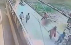 Người đi đường dửng dưng nhìn một nữ sinh bị đâm chết