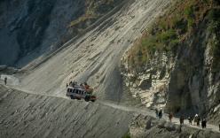 Xe bus lao từ vách đá cao 100m xuống sông khiến 23 người chết