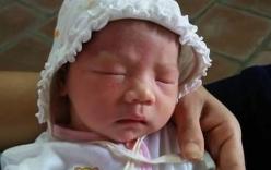 Hà Nội: Bé gái sơ sinh bị bỏ rơi trước cổng chùa cùng phong bì tiền