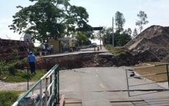Sạt lở nghiêm trọng, đường dẫn cầu tụt xuống lòng sông