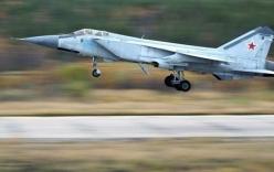 Xem máy bay MiG-31 Nga tập luyện đánh chặn trên tầng bình lưu