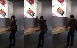 Người đàn ông ngang nhiên đập nát iPhone, iPad trong Apple Store