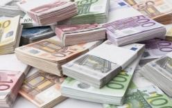Ấn Độ bắt 3 người đàn ông giấu tiền euro trong ruột
