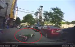 Xử lý gấp bằng phanh trước, tài xế xe máy ngã ngay đầu ô tô