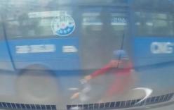 Cô gái ngã lộn nhào trước đầu ô tô vì đi ngược chiều