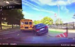 BMW suýt lật thảm khốc khi cố tình vượt phải, leo lên dải phân cách