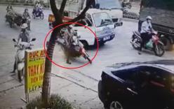 Công an mở cửa xe trật tự, xe máy ngã sõng soài giữa phố