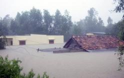 Chùm ảnh: Mưa lũ miền Trung, người dân co ro trên nóc nhà
