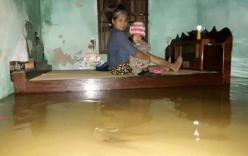 Tin tức mới nhất mưa lũ miền Trung đang nhấn chìm hàng nghìn ngôi nhà