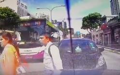 Video: Xe bus hất tung người phụ nữ sang đường không quan sát