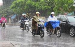 Đi xe máy thế nào trong mưa bão để tránh rủi ro?