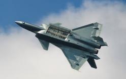 Video: Tiêm kích tàng hình Trung Quốc bất ngờ bay theo đội hình