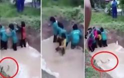Nữ sinh khóc thét khi bị ép lội qua hố bùn đầy rắn để rèn luyện kĩ năng