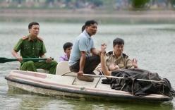 Nữ du khách nước ngoài bơi ra giữa hồ Hoàn Kiếm múa hát