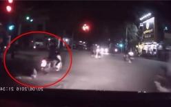 Video: Thanh niên tăng tốc đột ngột khiến bạn gái ngã lăn xuống đường