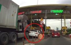 Honda Civic bị container tông móp đuôi vì bon chen ở trạm thu phí
