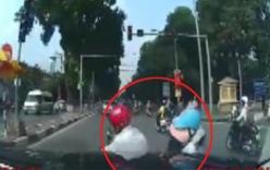 Đột ngột cắt mặt ô tô, hai người đi xe máy bị tông ngã trước mũi xe